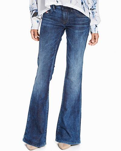 Till dam från Diesel, en blå bootcut jeans.