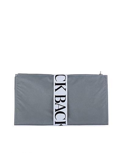Till tjejer från Back, en silver kuvertväska.