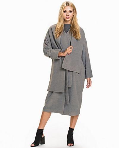 Till dam från NLY Design, en grå kappa.