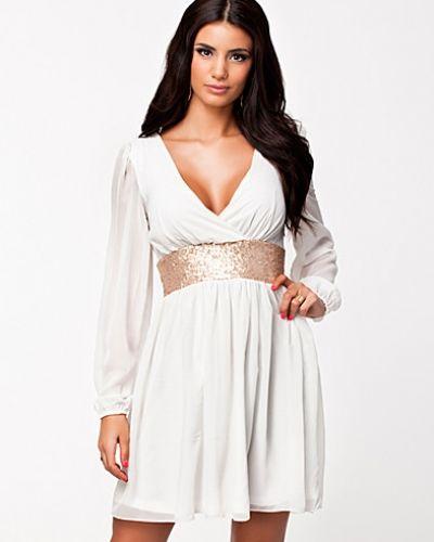 vit långärmad långklänning