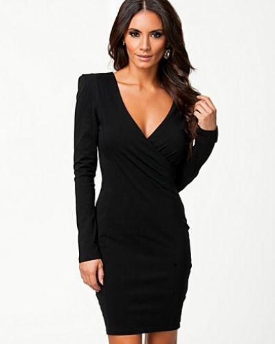 Till dam från Ax Paris, en svart långärmad klänning.