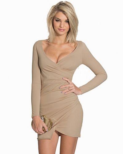 Till dam från NLY One, en beige långärmad klänning.