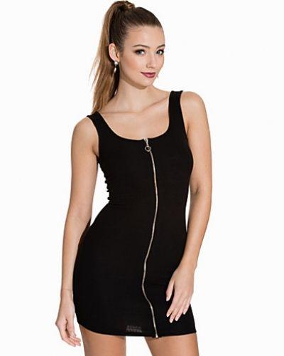 Till dam från NLY Trend, en svart maxiklänning.