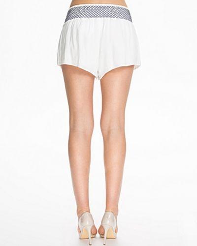 Till dam från NLY Blush, en vit shorts.