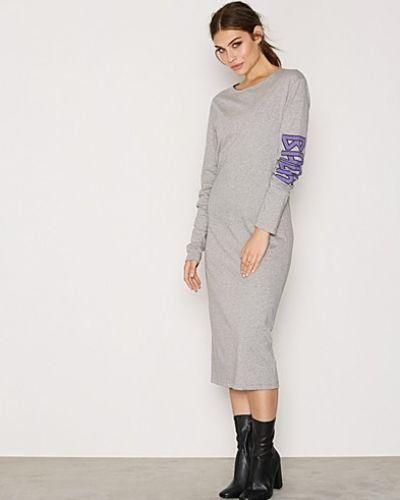 Till dam från Back, en grå maxiklänning.