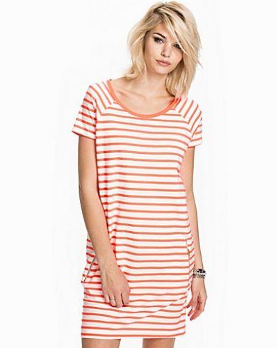 Till dam från Lollys Laundry, en rosa klänning.