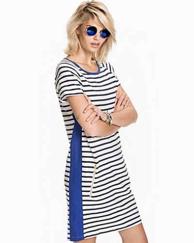 Till dam från Lollys Laundry, en blå klänning.
