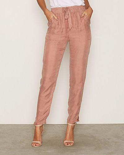 Till dam från NLY Trend, en rosa byxa.