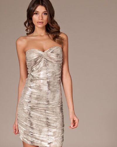 Till dam från Oneness, en silver bandeauklänning.