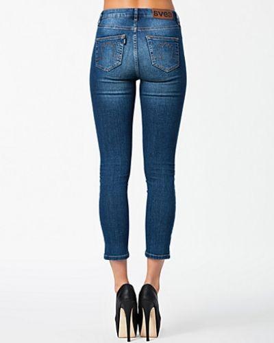 Till dam från Svea, en blå slim fit jeans.