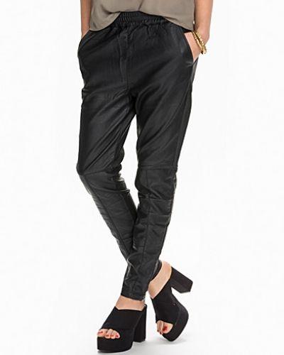 Till dam från Minimum, en svart läderbyxa.