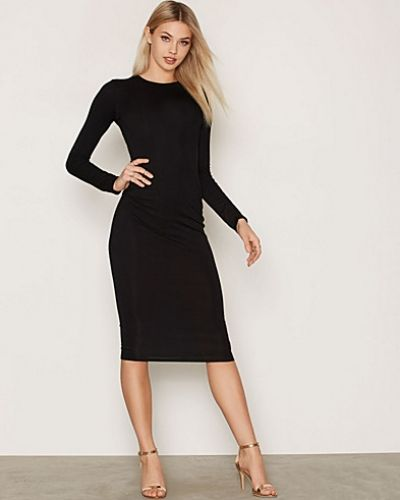 Till dam från NLY One, en svart maxiklänning.
