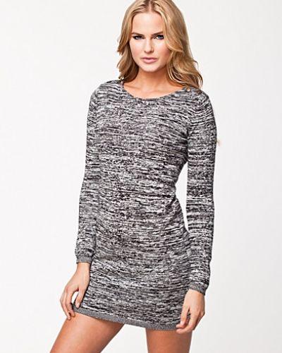 Till dam från VILA, en svart långärmad klänning.