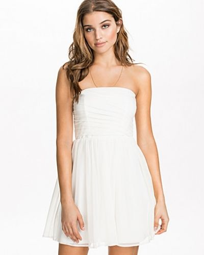 Till dam från NLY Blush, en vit bandeauklänning.