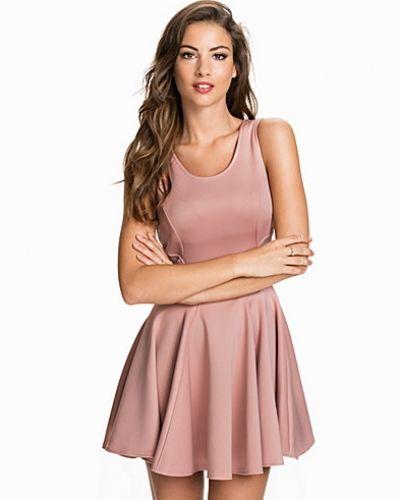 Till dam från John Zack, en rosa klänning.