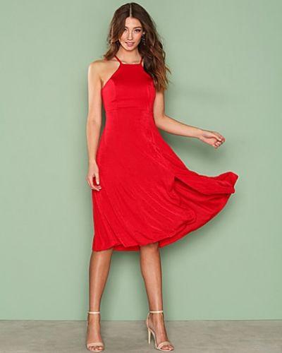 Till dam från NLY One, en röd midiklänning.