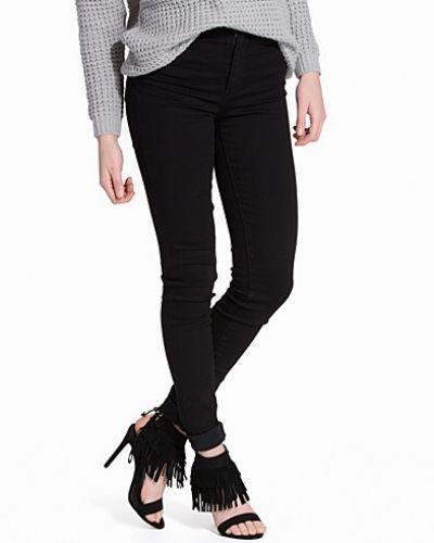 Till dam från Levis, en svart slim fit jeans.