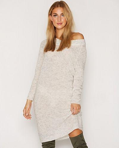 Till dam från Soaked in Luxury, en creamfärgad klänning.