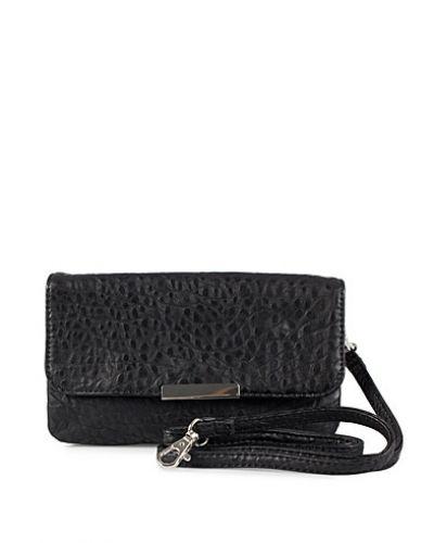 Till tjejer från Pieces, en svart kuvertväska.