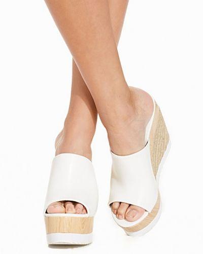 Till dam från Nly Shoes, en vit wedge-klack.