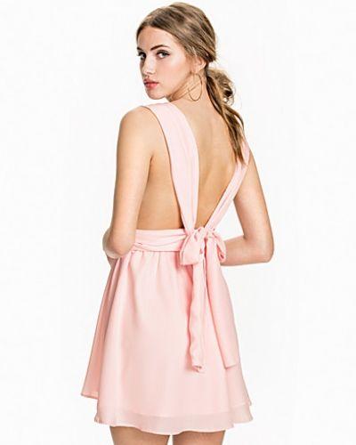 fbb3a3c12bdb Till dam från NLY Trend, en rosa klänning.