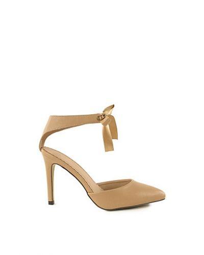 Till dam från Nly Shoes, en naturfärgad högklackade.