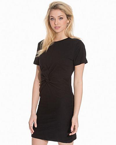 Till dam från Rut&Circle, en svart klänning.