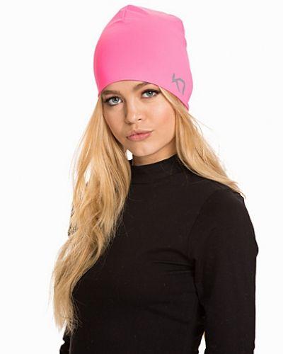 Till dam från Kari Traa, en rosa mössa.