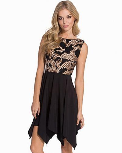 Svart klänning från TFNC till dam.