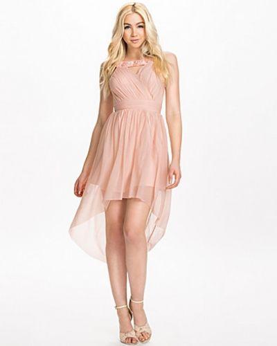 Till dam från Elise Ryan, en naturfärgad klänning.