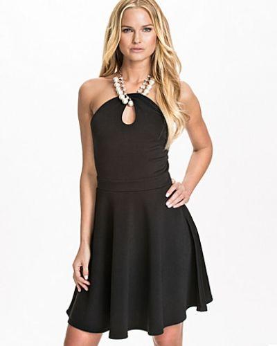 Till dam från Te Amo, en svart klänning.