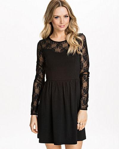 Till dam från ONLY, en svart långärmad klänning.