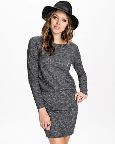 Långärmad klänning från Selected Femme till dam.