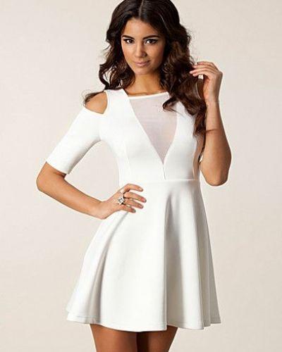 Till tjejer från TFNC, en creamfärgad studentklänning.