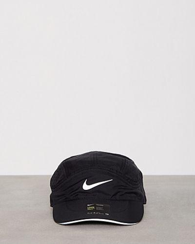 Till dam från Nike, en svart huvudbonad.