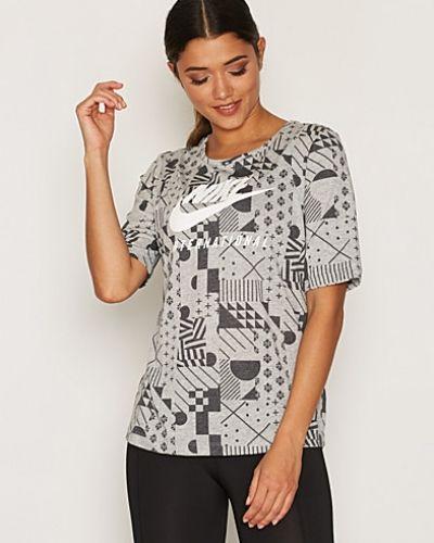 NK INTL Tee Signal AOP Nike t-shirts till dam.