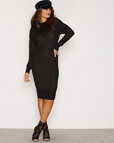 NMCROW L/S HIGH NECK LONG DRESS KNI Vero Moda långärmad klänning till dam.