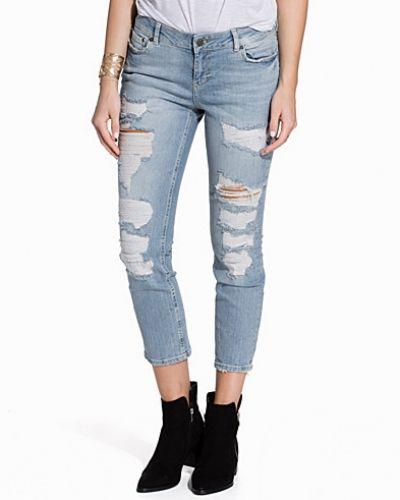 Till dam från Noisy May, en blå straight leg jeans.