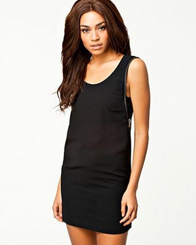 Till dam från Replay, en svart klänning.