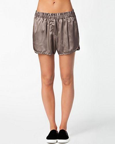 Brun shorts från J Lindeberg till dam.