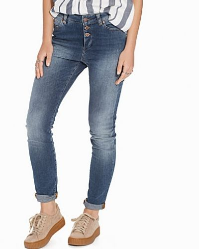 Till dam från Object Collectors Item, en blå boyfriend jeans.