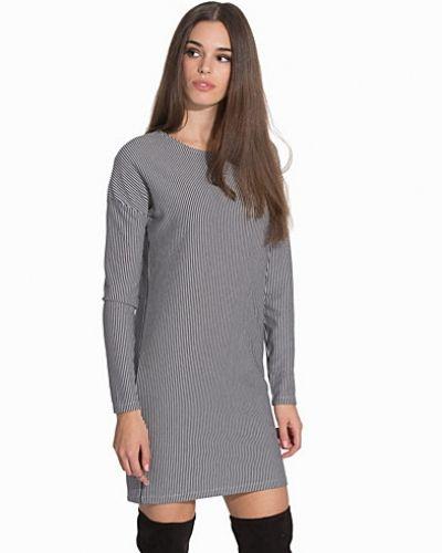 Till dam från Object, en vit klänning.
