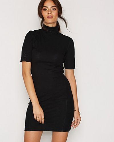 Till dam från Object Collectors Item, en svart miniklänning.