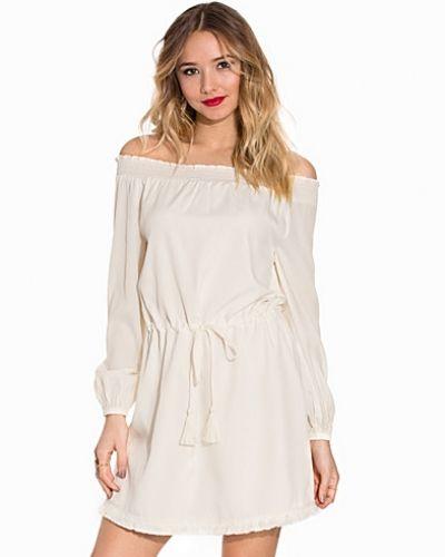 Off Shoulder Fringe Dress NLY Trend klänning till dam.