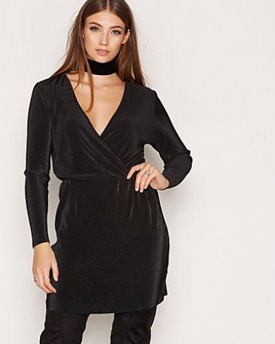 Svart långärmad klänning från ONLY till dam.