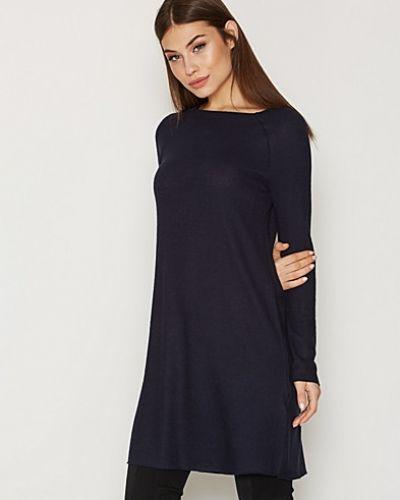 Till dam från ONLY, en blå långärmad klänning.