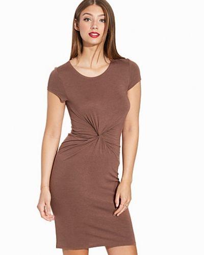 Brun klänning från ONLY till dam.