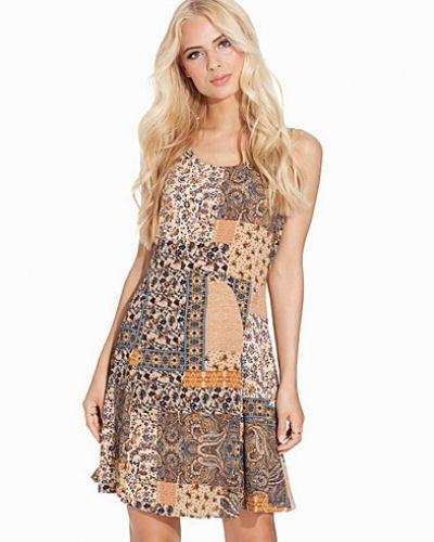 Vit klänning från ONLY till dam.