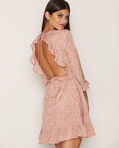 Klänning Open Back Dress från NLY Trend