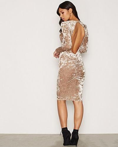 Långärmad klänning från NLY One till dam.